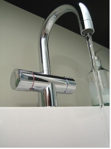 d tartrage de la robinetterie du lavabo de la baignoire de la douche. Black Bedroom Furniture Sets. Home Design Ideas