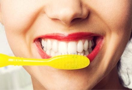Bicarbonate et dents blanches : abrasif ou pas abrasif sur l'émail de vos dents ?