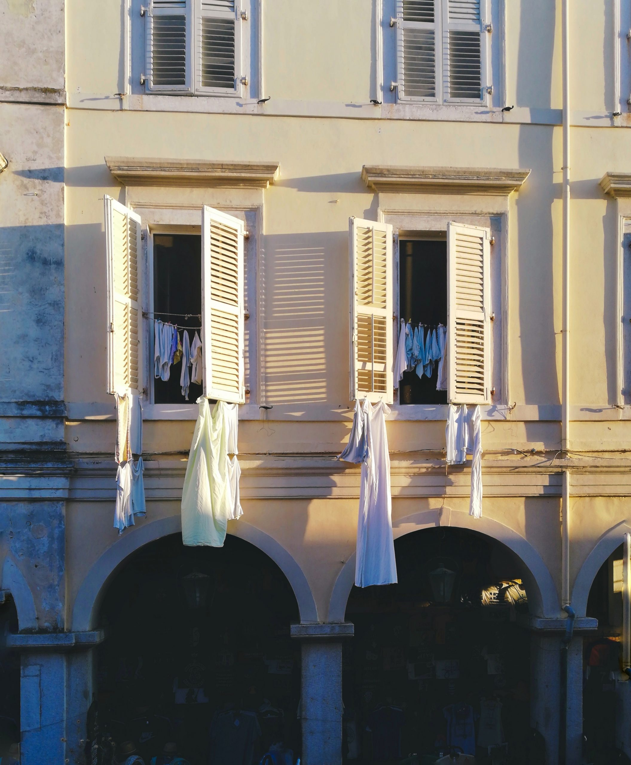 Linge qui sèche à la fenêtre